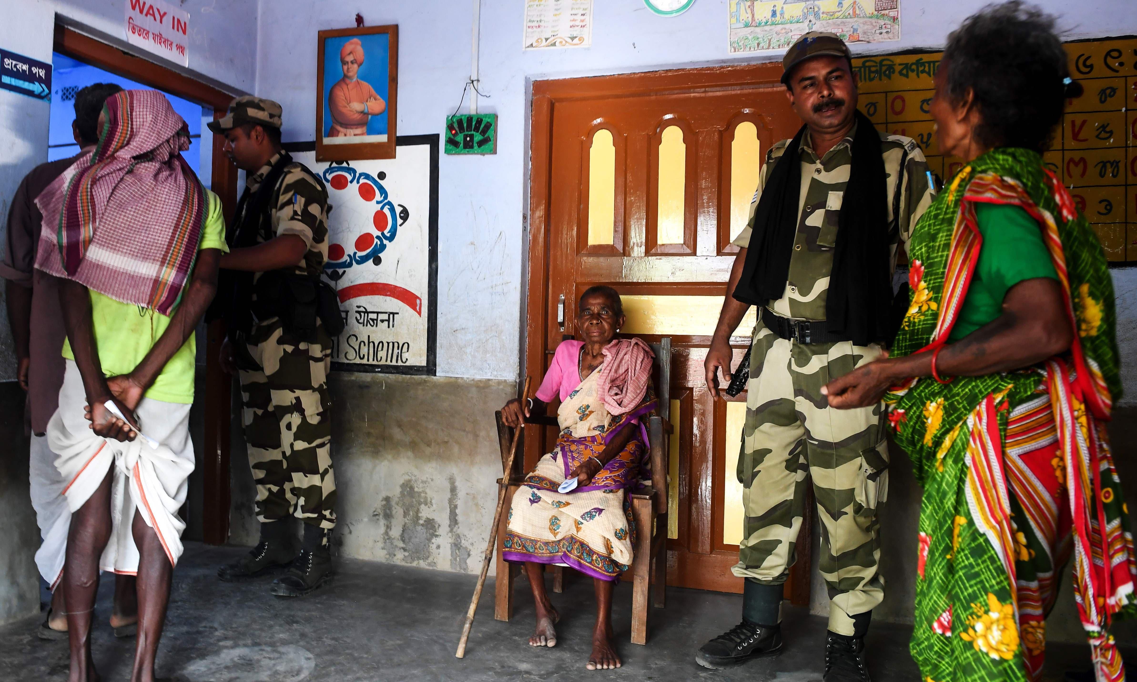 پولنگ اسٹیشنز میں سیکیورٹی کے سخت انتظامات نظر آئے —فوٹو/ اے ایف پی