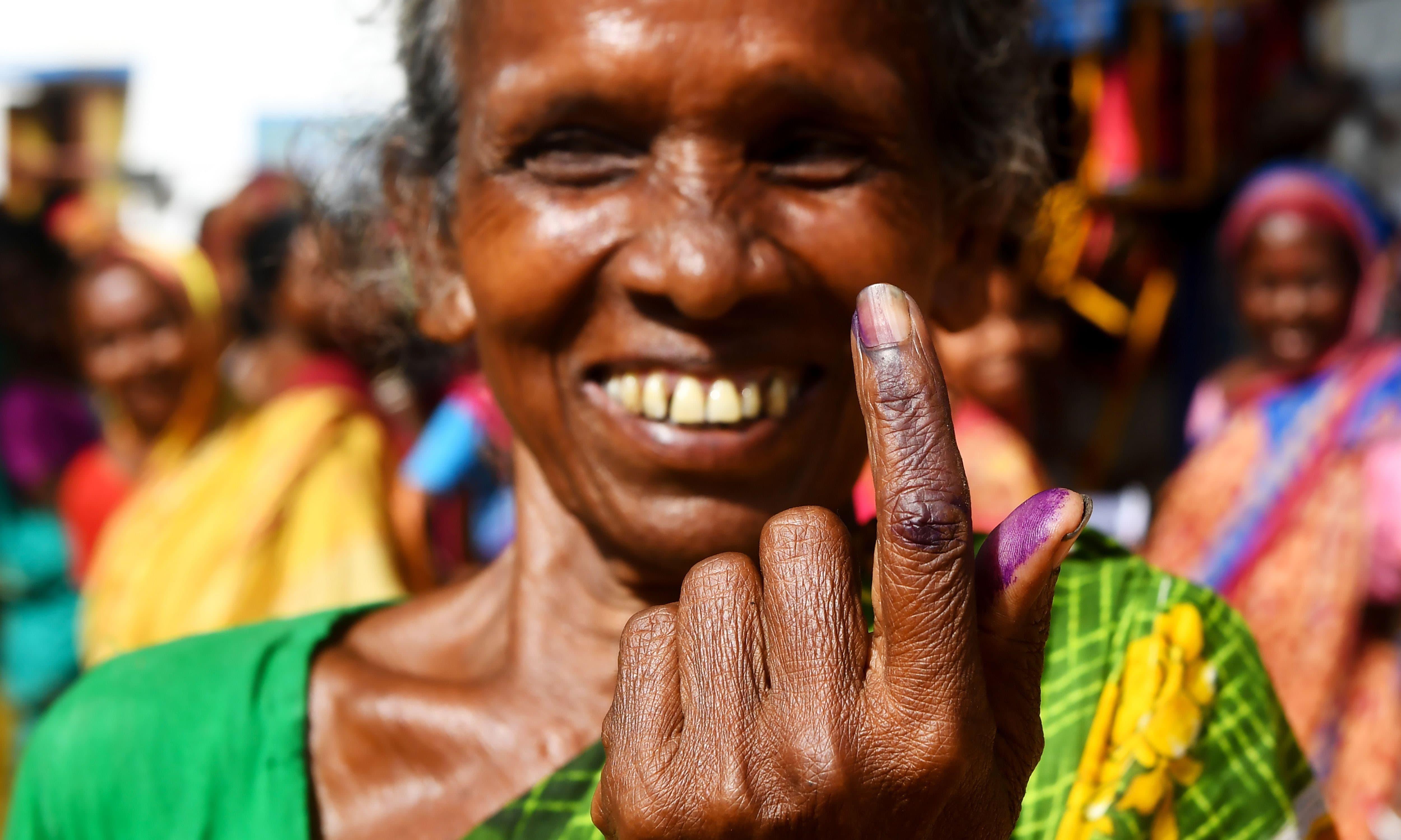 ایک خاتون ووٹ ڈالنے کے بعد اس کا نشان دکھا رہی ہیں —فوٹو/ اے ایف پی