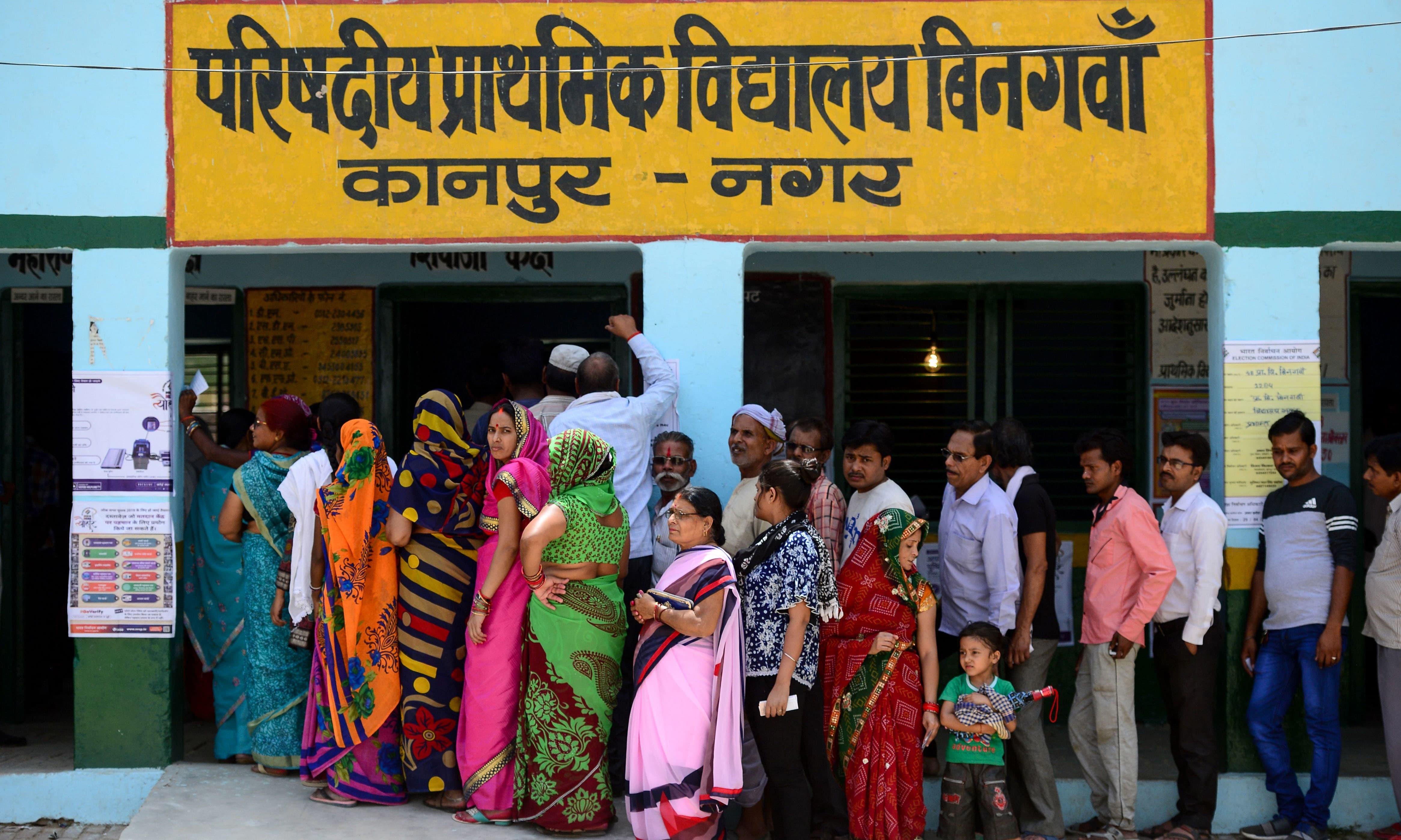 چوتھے مرحلے میں اپنا ووٹ کاسٹ کرنے کے لیے بھارتی عوام بڑی تعداد میں پولنگ اسٹیشن پہنچی —فوٹو/ اے ایف پی