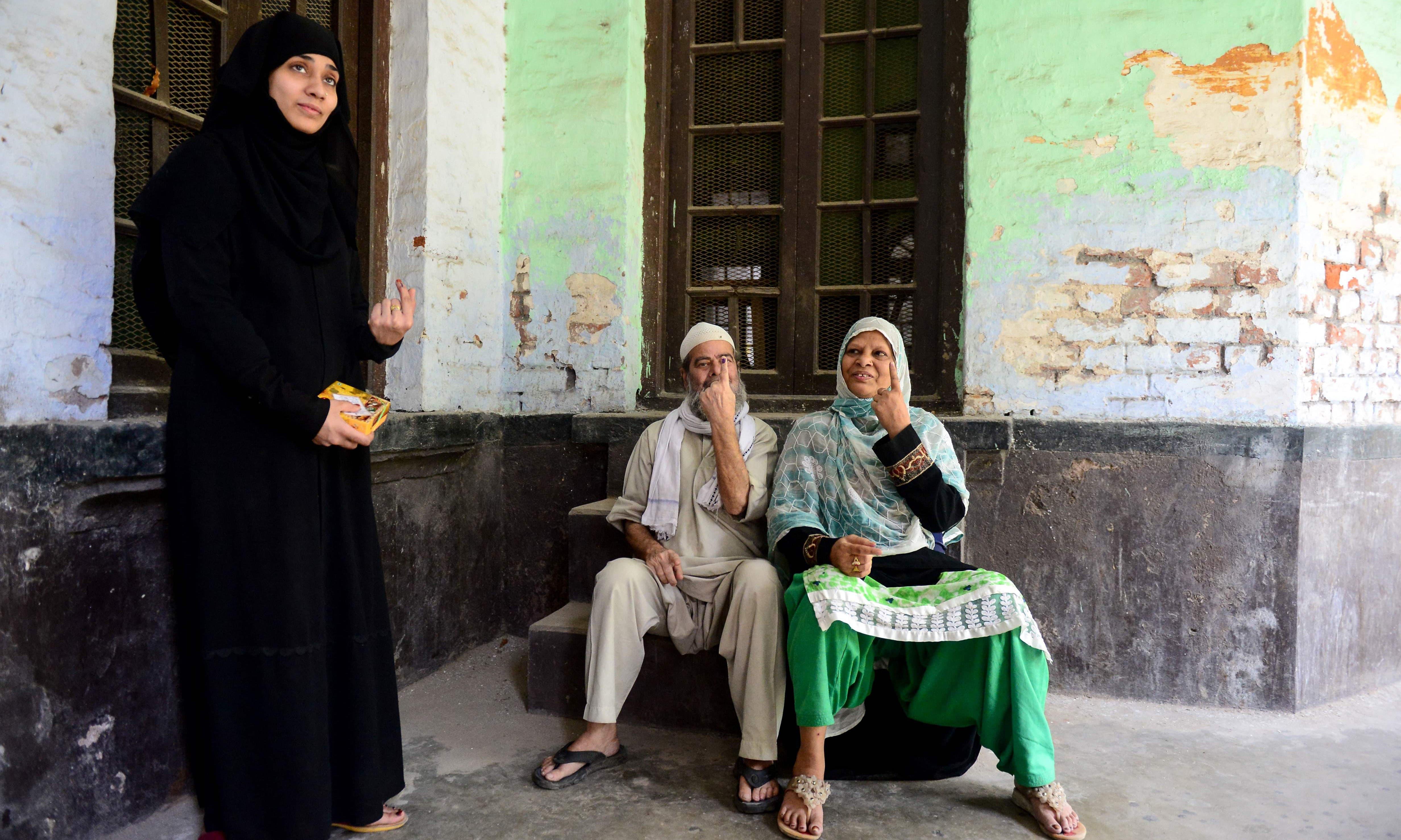 مسلم ووٹرز بھی بڑی تعداد میں پولنگ اسٹیشنز پہنچے —فوٹو/ اے ایف پی