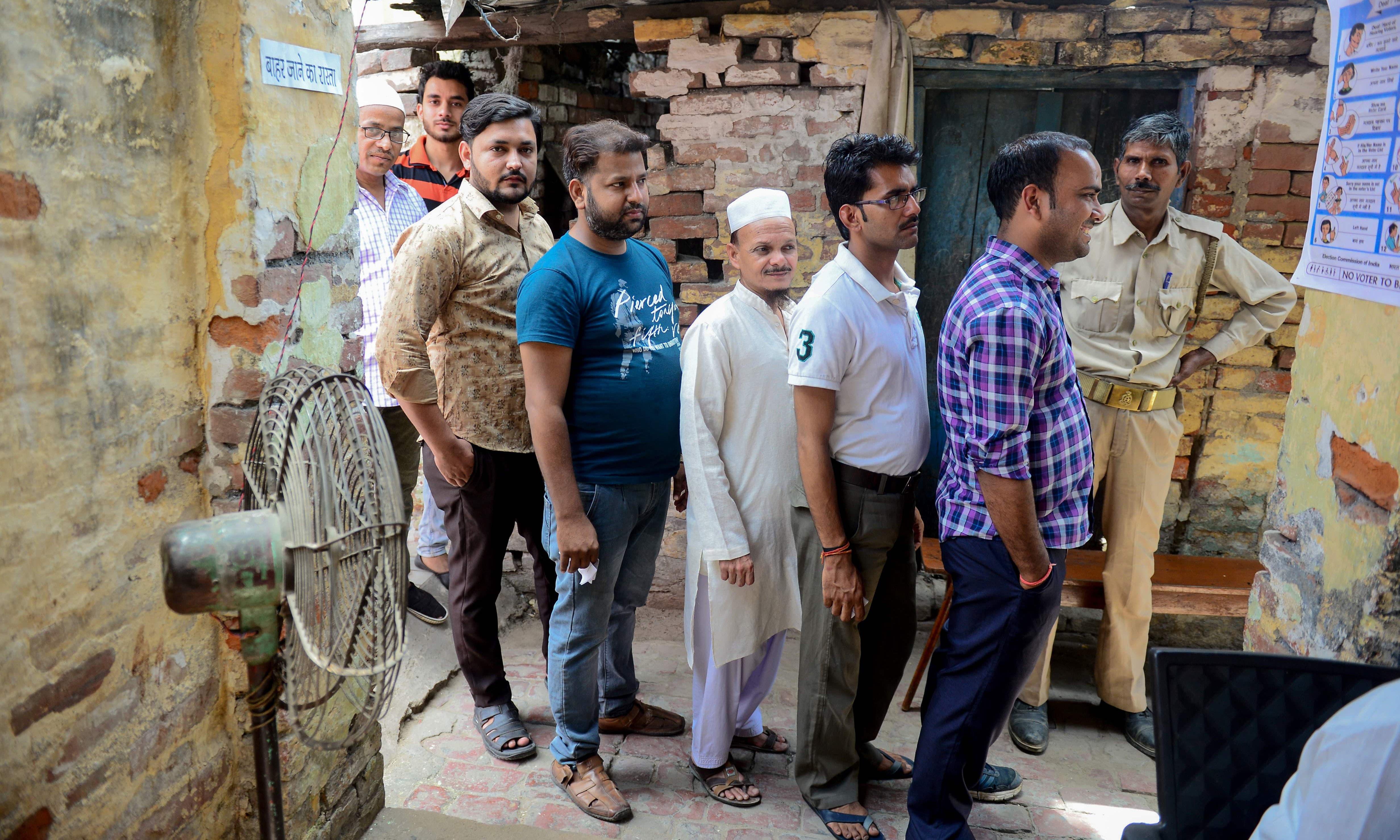کانپور میں مرد حضرات ووٹ ڈالنے کے لیے قطار میں موجود ہیں —فوٹو/ اے ایف پی