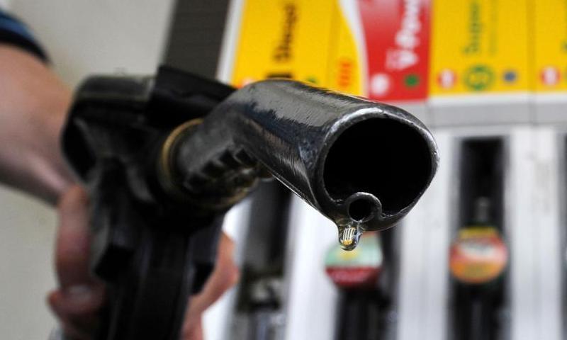 اگر قیمتوں میں اضافہ ہوجاتا تو پیٹرول 113 روپے فی لیٹر تک پہنچ جائے گا — فائل فوٹو: اے ایف پی