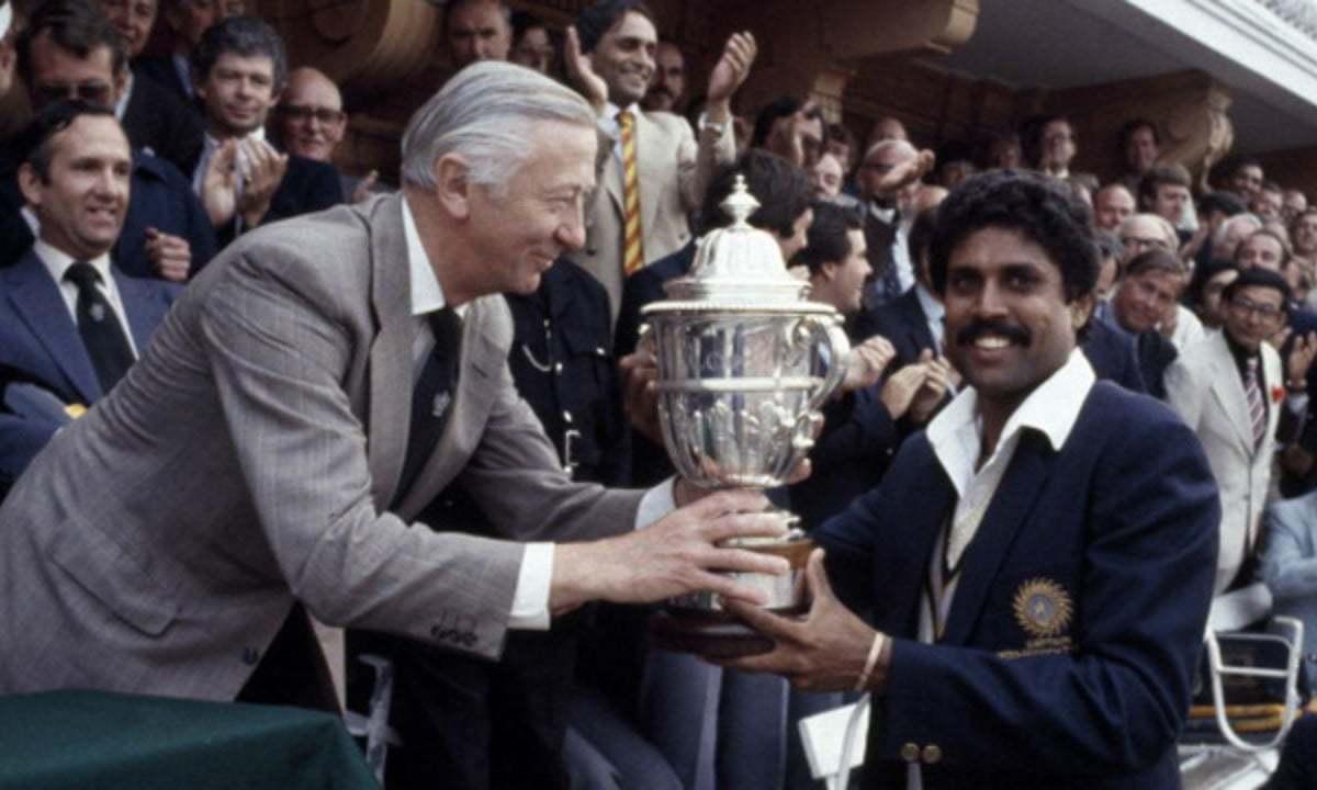 ہندوستانی کپتان کپیل دیو ورلڈ کپ ٹرافی وصول کرتے ہوئے۔ کرٹسی فوٹو