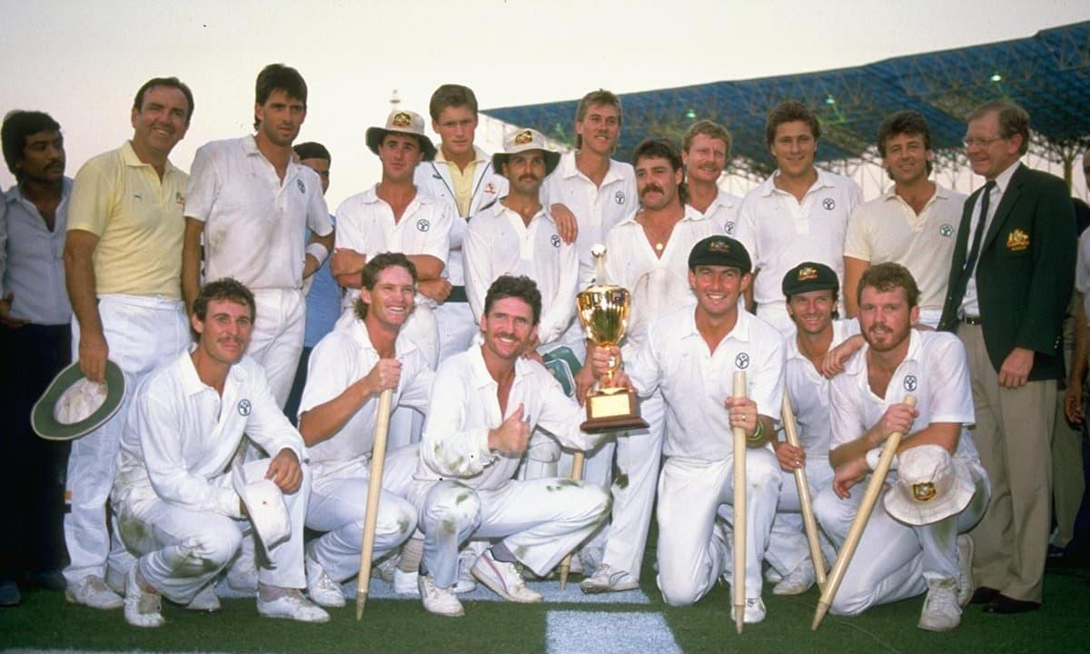 آسٹریلین ٹیم کا 1987 ورلڈ کپ کی ٹرافی کے ہمراہ گروپ فوٹو۔ کرٹسی فوٹو
