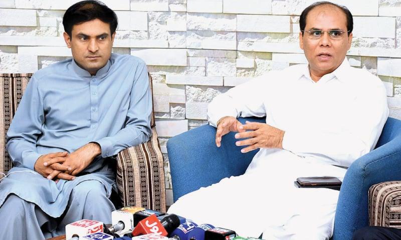 LARKANA Commissioner Saleem Raza Khuhro speaks to the media on Saturday.—APP
