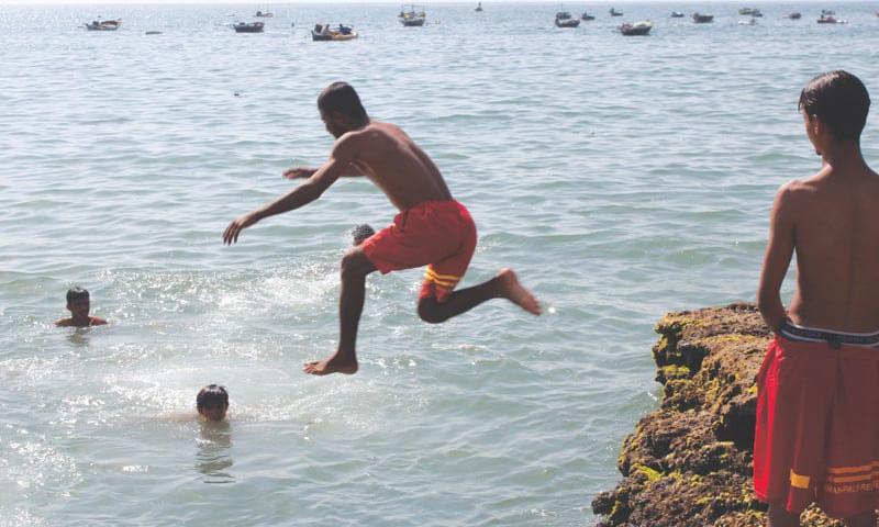 لائف گارڈ بچے کو بچانے کے لیے غوطہ لگا رہا ہے—تصویر بشکریہ لکھاری