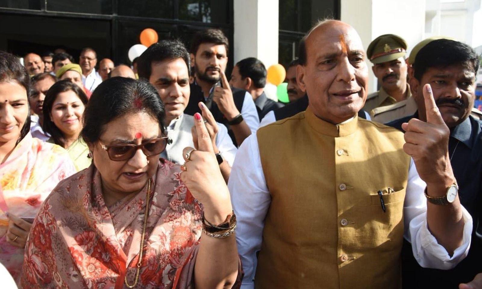 بھارتی وزیر داخلہ راج ناتھ سنگھ نے لکھنو میں ووٹ کاسٹ کیا — فوٹو: ٹوئٹر