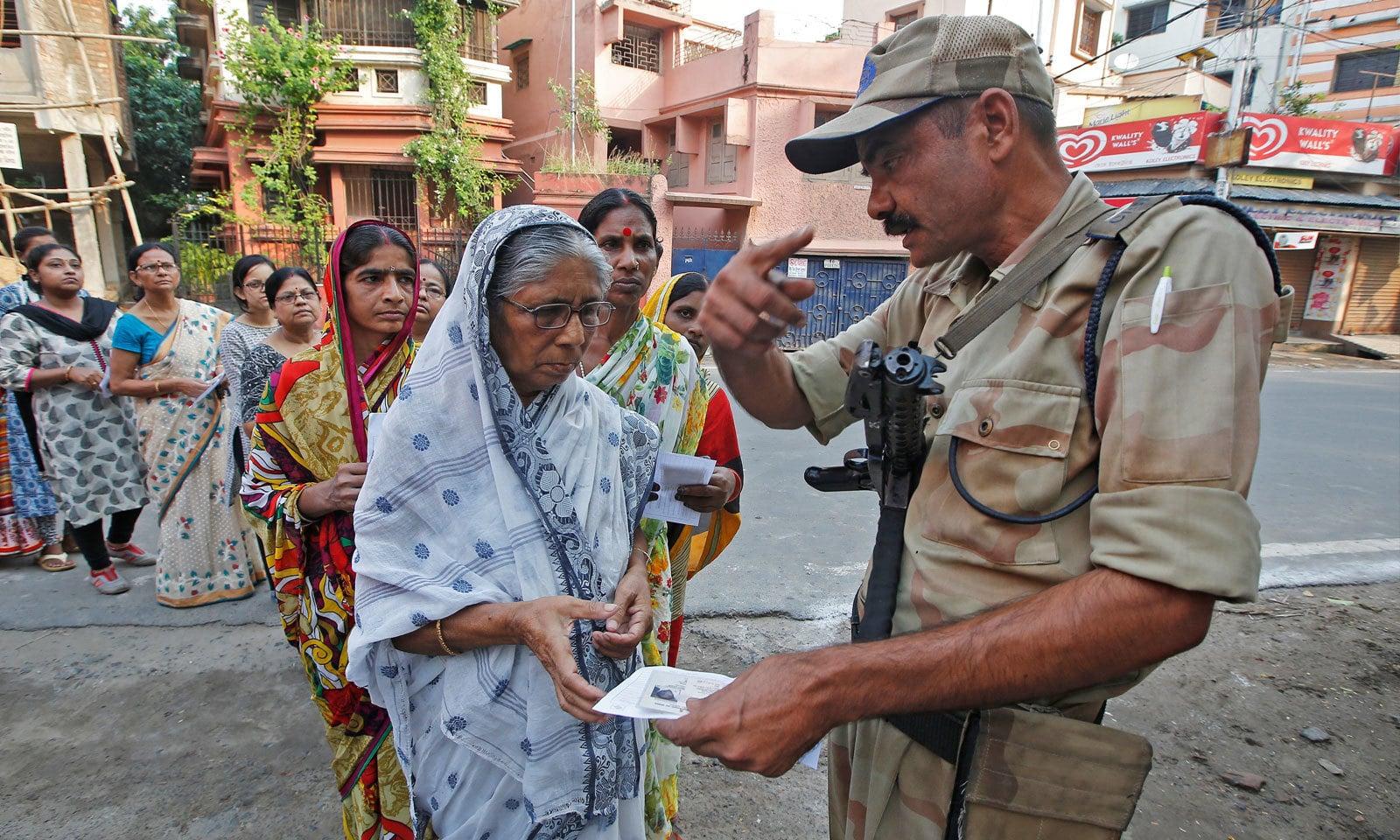 کلکتہ میں پولنگ کے دوران سخت سیکیورٹی انتظامات کیے گیے تھے — فوٹو: رائٹرز