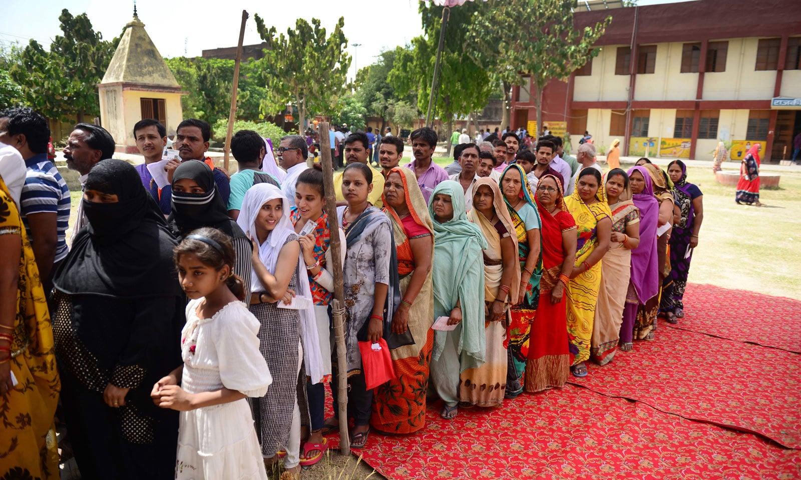 راہول گاندھی کے حلقے امیتھی میں ووٹنگ کے لیے خواتین کی طویل لائن نظر آرہی ہے — فوٹو: اے ایف پی