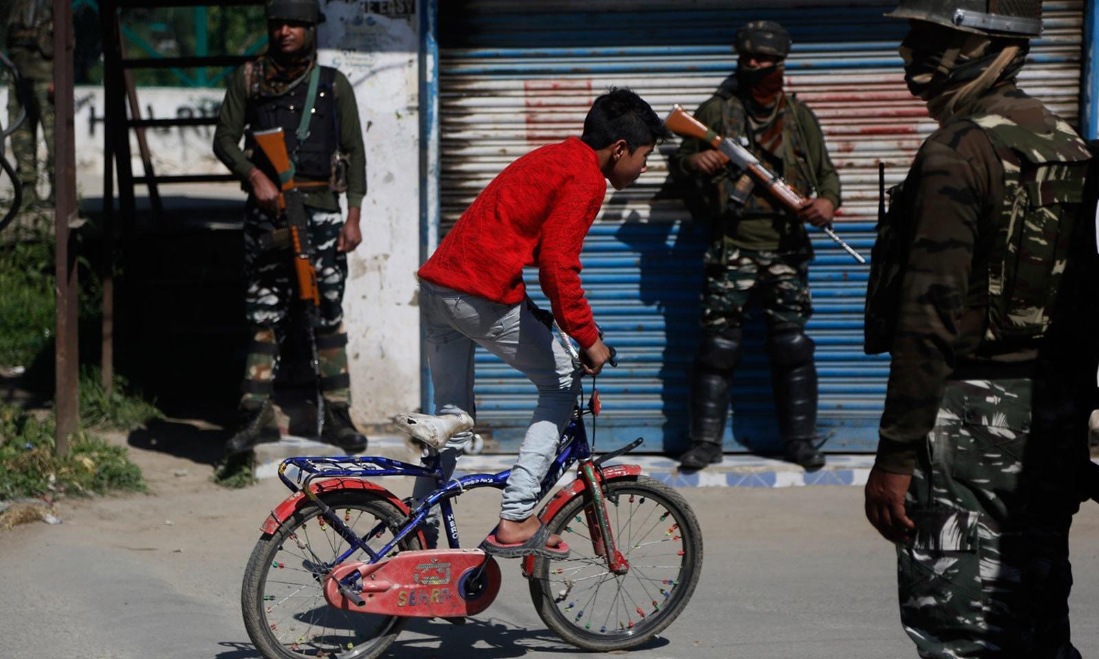 بھارتی انتخابات کے موقع پر مقبوضہ کشمیر میں شٹر ڈاؤن ہڑتال کی گئی — فائل فوٹو: اے پی