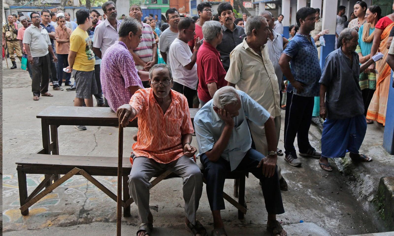ہاوڑہ میں لوگ ووٹنگ کے لیے اپنی باری کا انتظار کررہے ہیں — فوٹو: اے پی