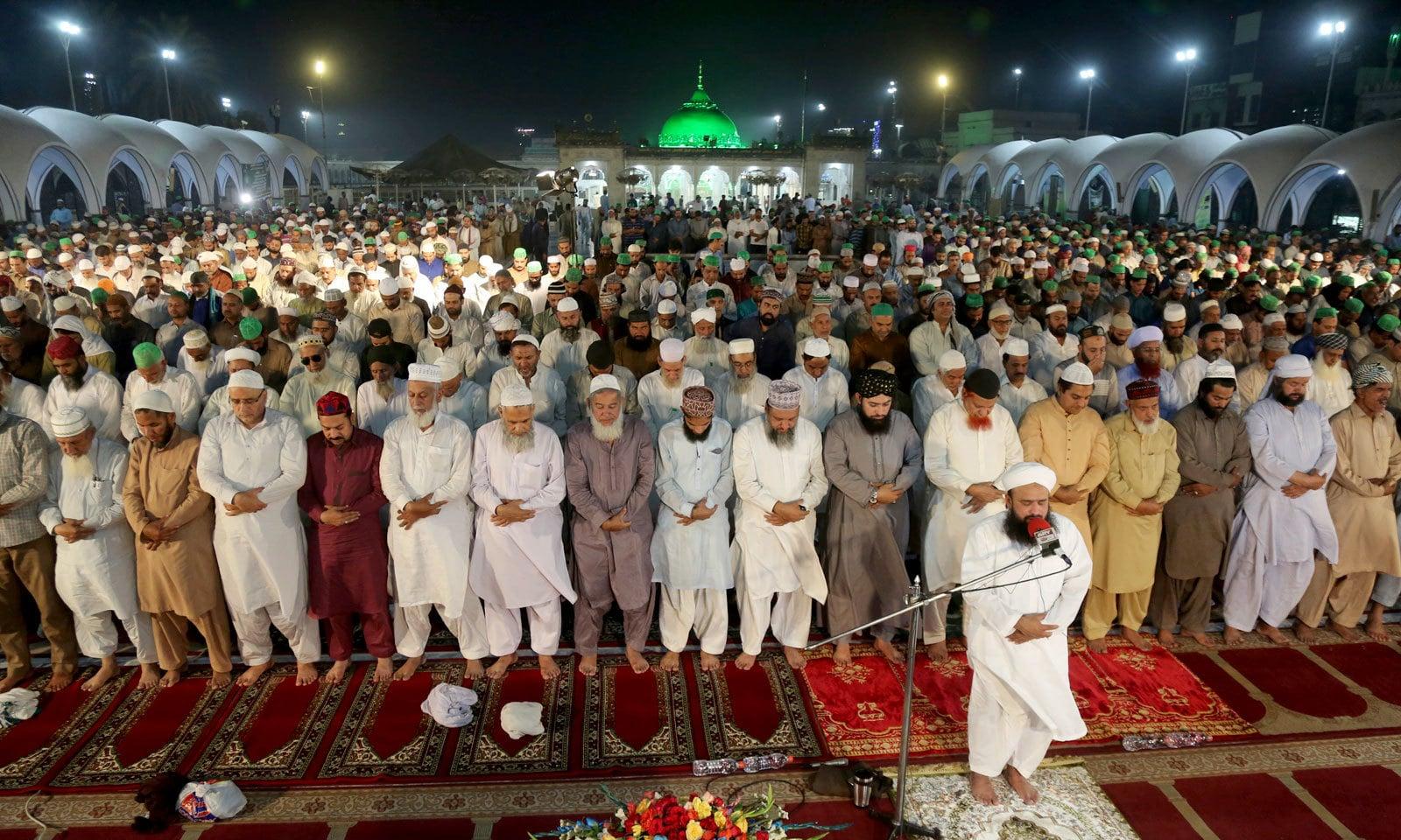 لاہور کی ایک مسجد میں نماز تراویح ادا کی جارہی ہے — فوٹو: اے پی