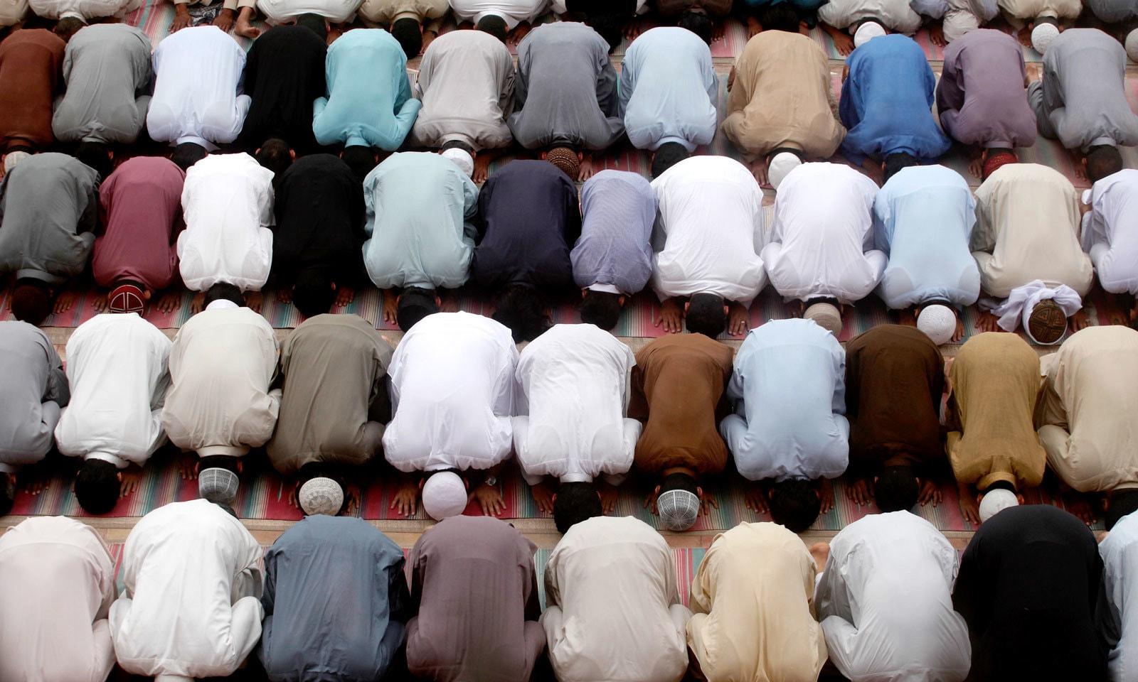 پشاور کی مسجد میں نماز تراویح ادا کی جارہی ہے — فوٹو: اے پی