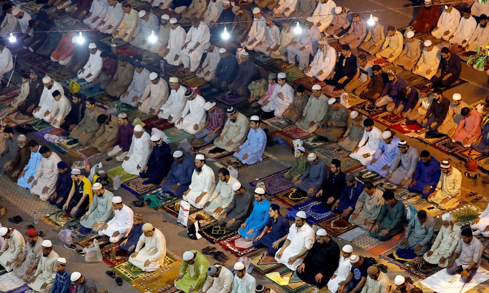 شہریوں کی بڑی تعداد نے تراویح کے اجتماعات میں شرکت کی — فوٹو: رائٹرز