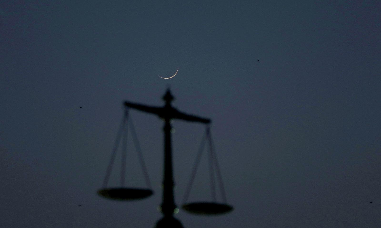 سندھ ہائی کورٹ کی عمارت سے بھی رمضان کا چاند دیکھا گیا — فوٹو: رائٹرز