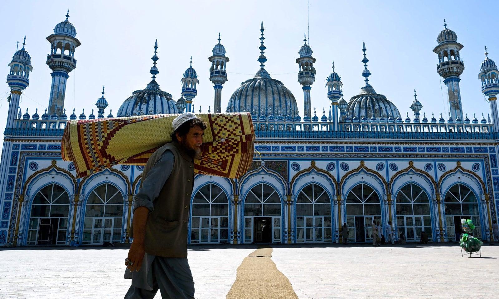 راولپنڈی کی ایک مسجد میں نماز تراویح کی تیاریاں کی جارہی ہیں — فوٹو: اے ایف پی