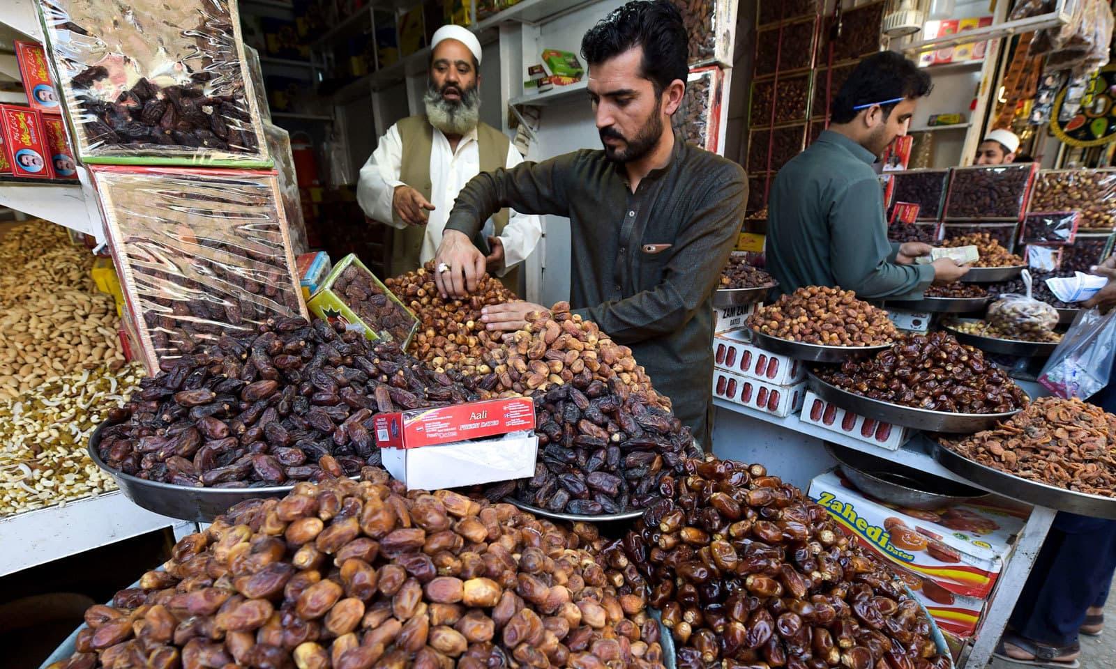 ماہ رمضان آتے ہی کھجور کی فروخت بھی عروج پر پہنچ گئی ہے — فوٹو: اے ایف پی