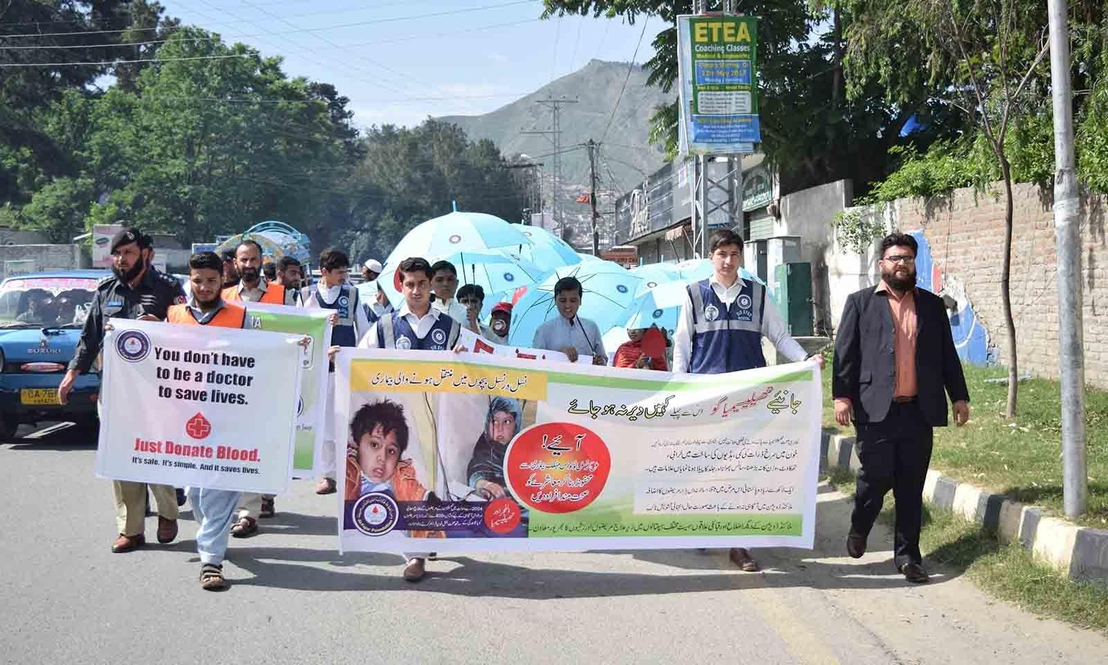 سوات کی مصروف شاہراہ پر تھیلیسیمیا سے متعلق آگاہی واک کا منظر