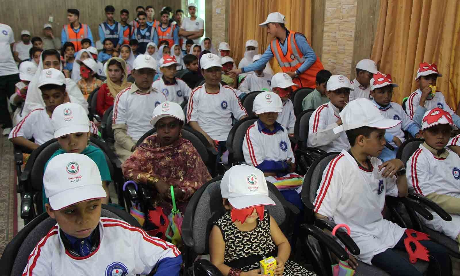 مینگورہ شہر میں تھیلیسیمیا کے حوالے سے منعقدہ پروگرام میں متاثرہ بچے شریک ہیں