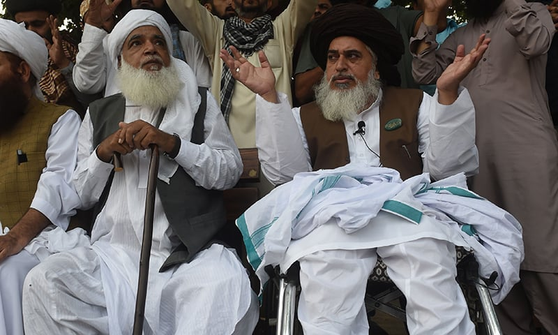 Former TLP patron-in-chief Pir Afzal Qadri (L) and TLP chief Khadim Hussain Rizvi attend a protest against the Supreme Court decision to overturn the conviction of Aasia Bibi. ─ AFP/File