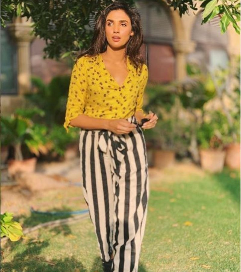 We're loving the pop of yellow with the black and white trousers!