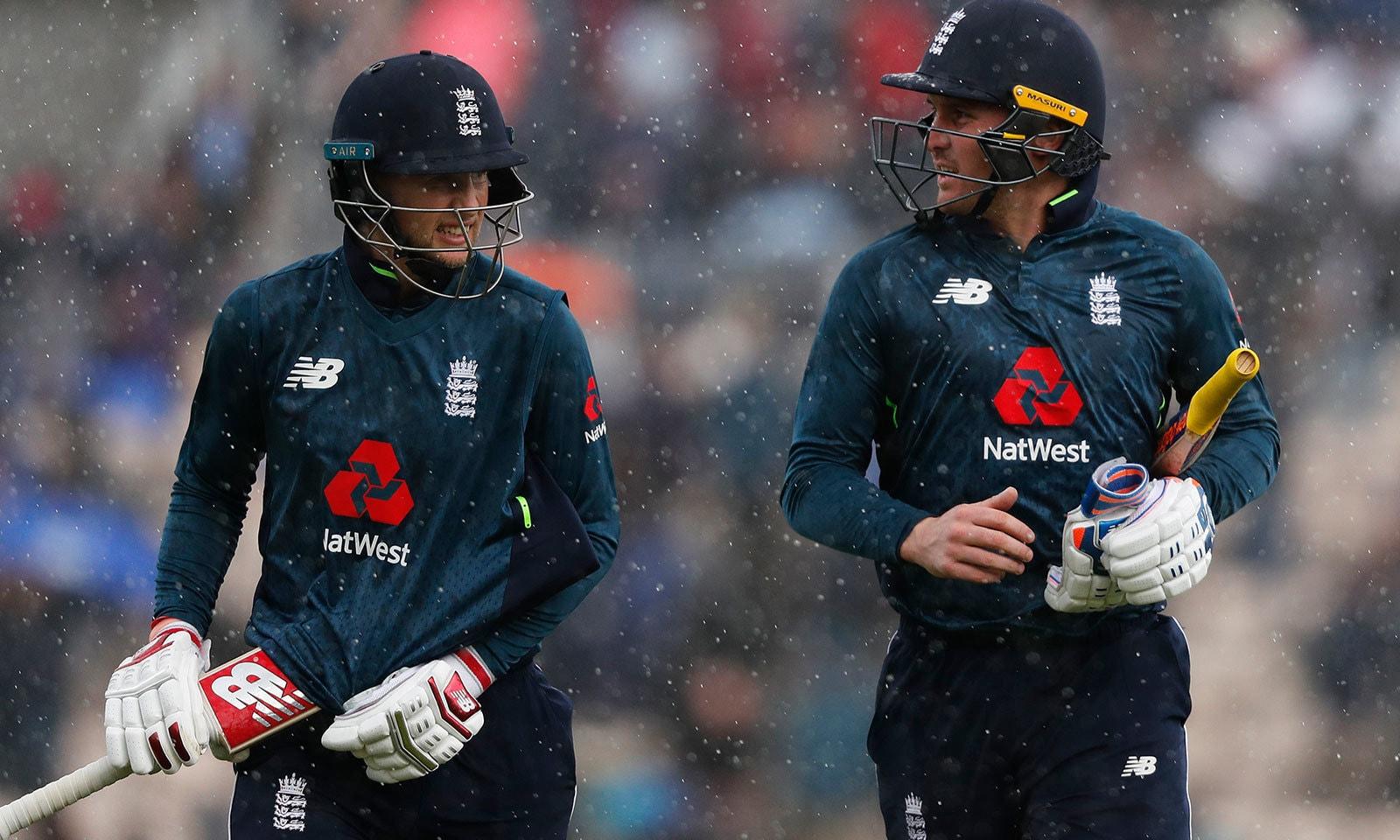 -انگلینڈ کی بیٹنگ کے دوران بارش کے باعث میچ کو تھوڑی دیر کے لیے روک دیا گیا—فوٹو:اے پی