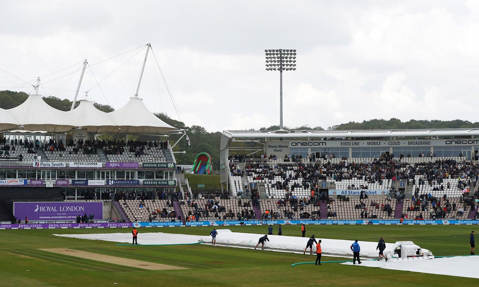 انگلینڈ کی بیٹنگ کے دوران بارش کے باعث میچ کو تھوڑی دیر کے لیے روک دیا گیا—فوٹو:رائٹرز