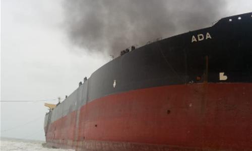 سعودی عرب کے وزیر توانائی کے مطابق دونوں تیل بردار جہازوں کو شدید نقصان پہنچا ہے — فائل فوٹو/ اے ایف پی