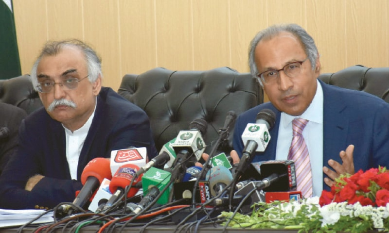 ISLAMABAD: Adviser to Prime Minister on Finance Hafeez Shaikh and FBR Chairman Shabbar Zaidi brief reporters on Tuesday. — Tanveer Shahzad/White Star