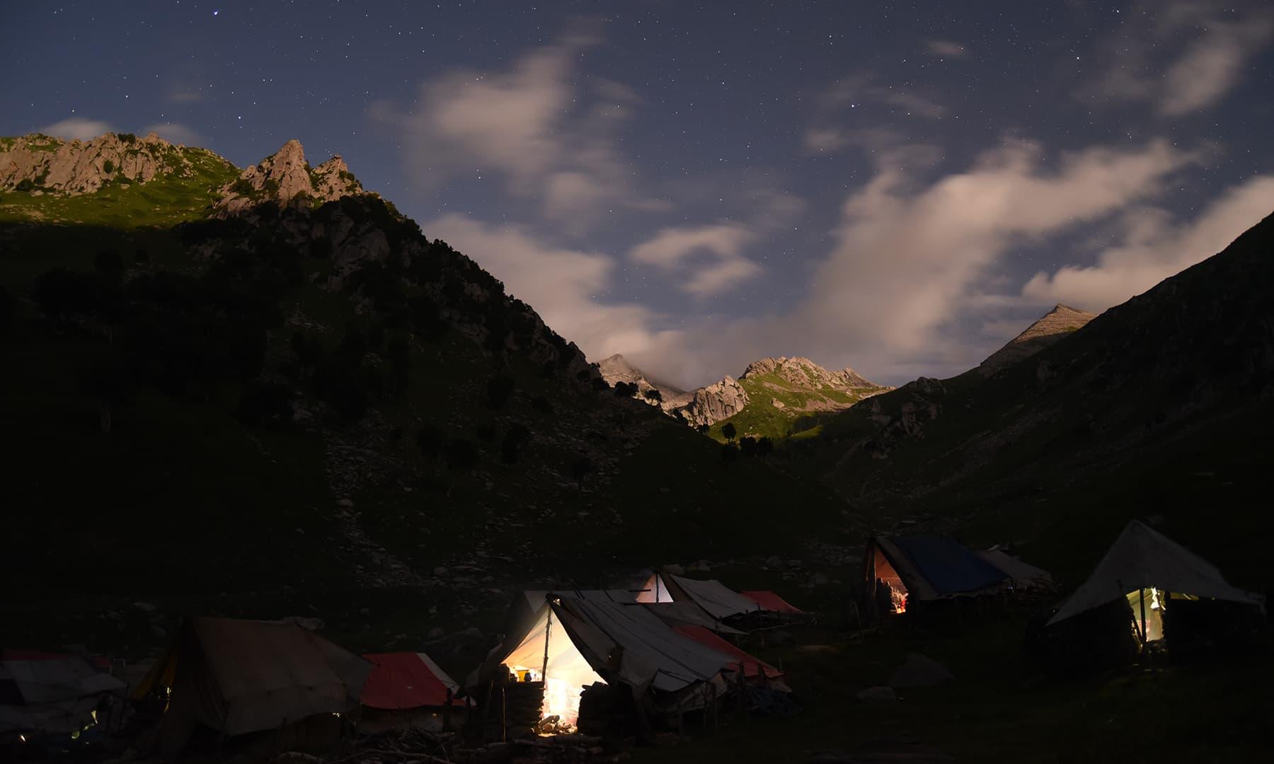 اندھیری رات میں چمکتے ستارے—تصویر  سلمان خان