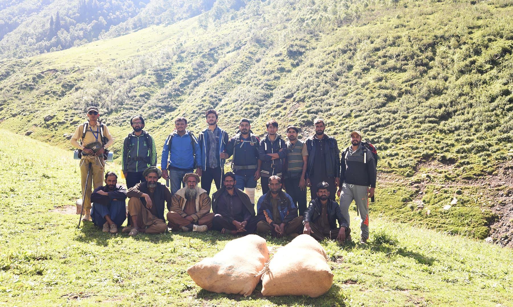 مہمان اپنے میزبانوں کے ساتھ—تصویر  سلمان خان
