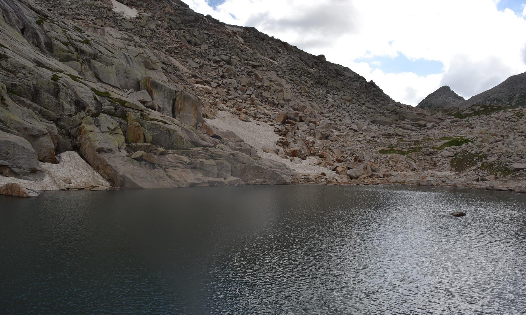 واپسی پر ایک اور چھوٹی جھیل کو دیکھنے کا اتفاق ہوا—تصویر  سلمان خان