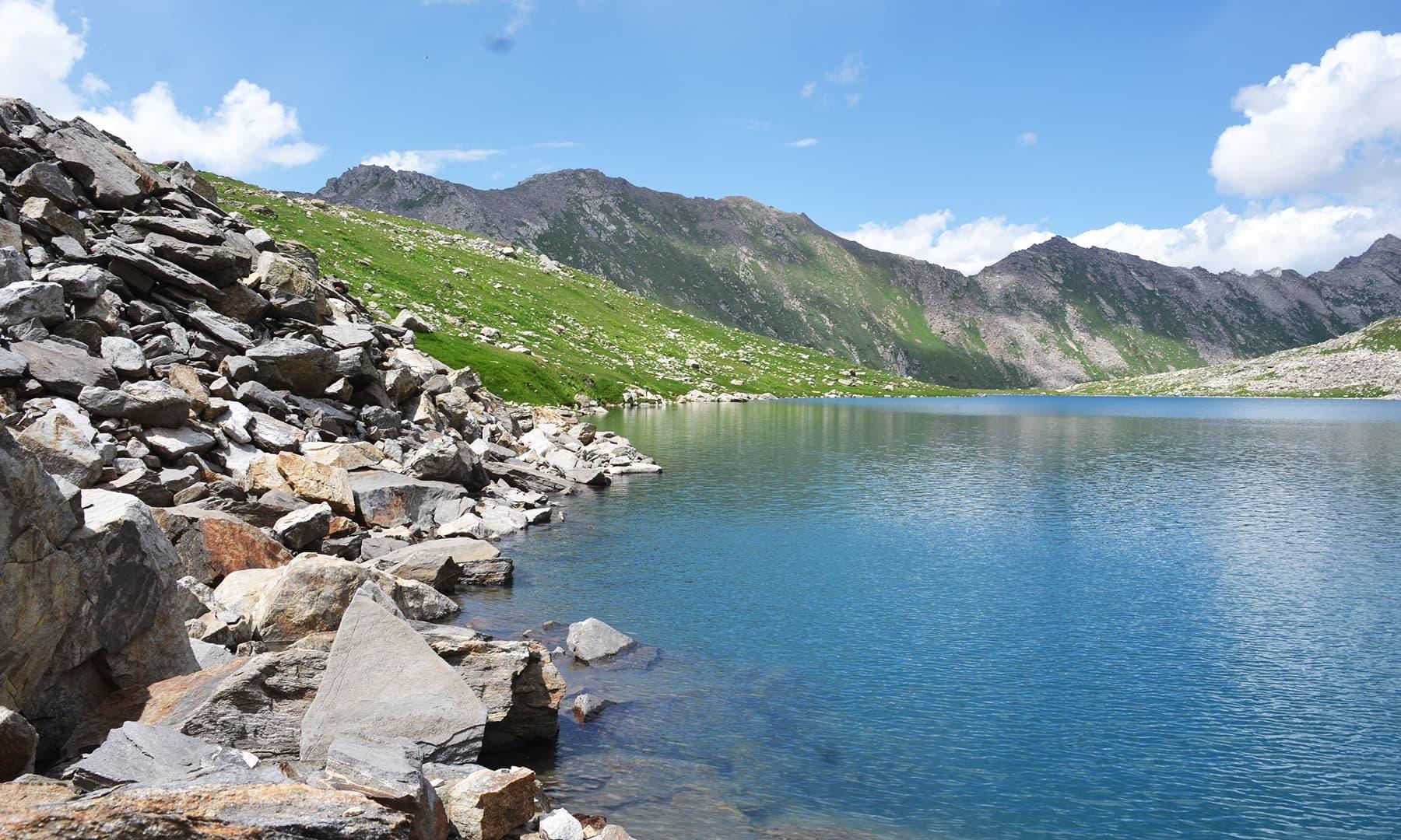 جھیل کا نیلگون پانی—تصویر  سلمان خان