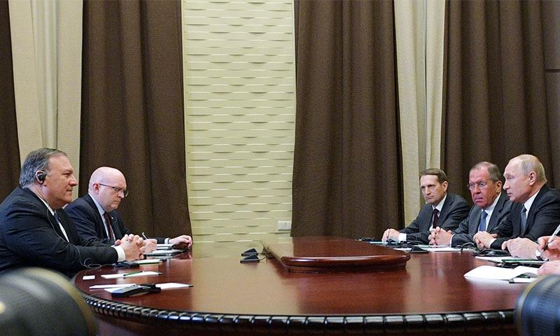 گزشتہ روز مائیک پومپیو نے روس میں صدر ولادی میر پیوٹن سے ملاقات کی تھی — فوٹو: اے پی