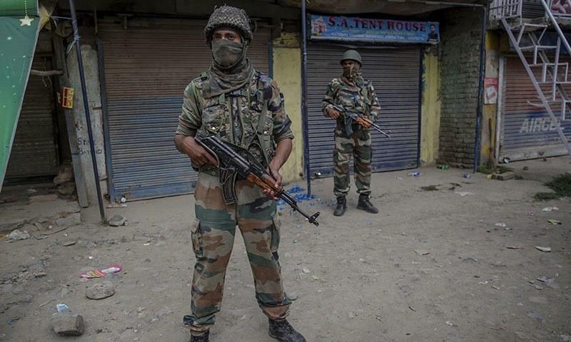 نوجوانوں کی شہادت پر ضلع پلوامہ میں مظاہرین اور بھارتی فورسز کے درمیان جھڑپوں کی اطلاعات بھی ہیں  — فائل فوٹو: اے پی
