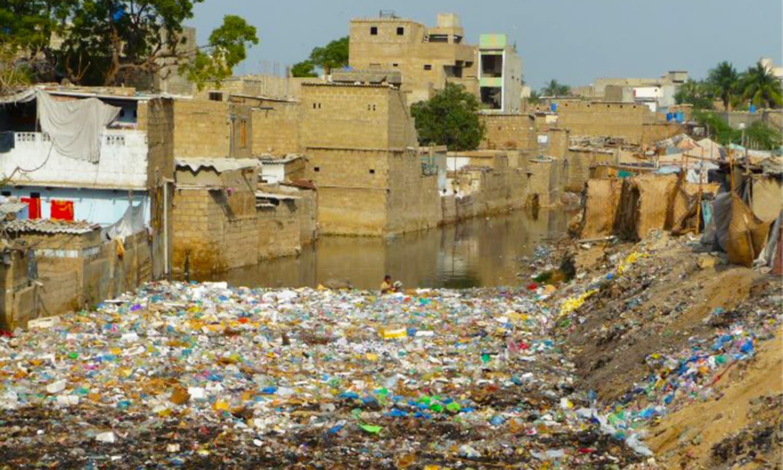 نامکمل اور بے رنگ عمارتیں بھوت بنگلے کا منظر پیش کر رہی ہیں، عدالت — فائل فوٹو:یار دیار