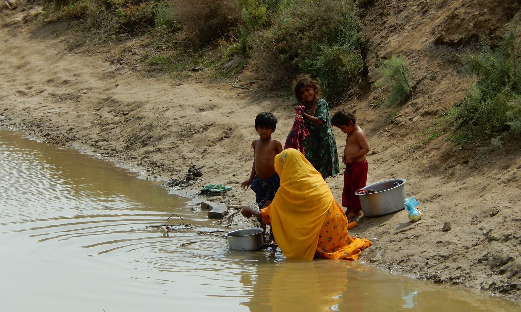 جاتی کے گاؤں میں بچے پینے کا پانی بھرنے آئے ہیں—تصویر ابوبکر شیخ