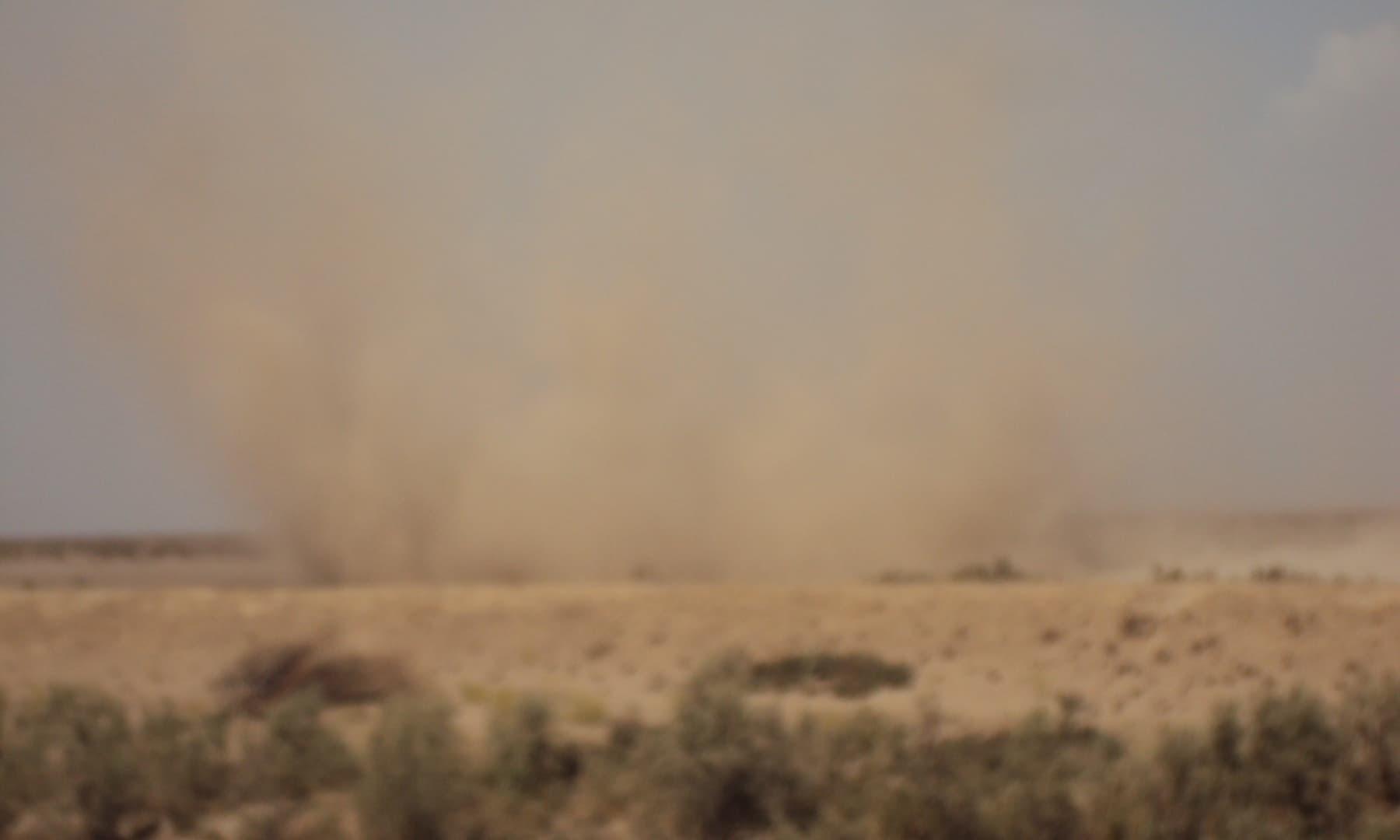 ہوا کے بگولے رہائشیوں کے لیے مسائل میں اضافہ کردیتے ہیں—تصویر ابوبکر شیخ