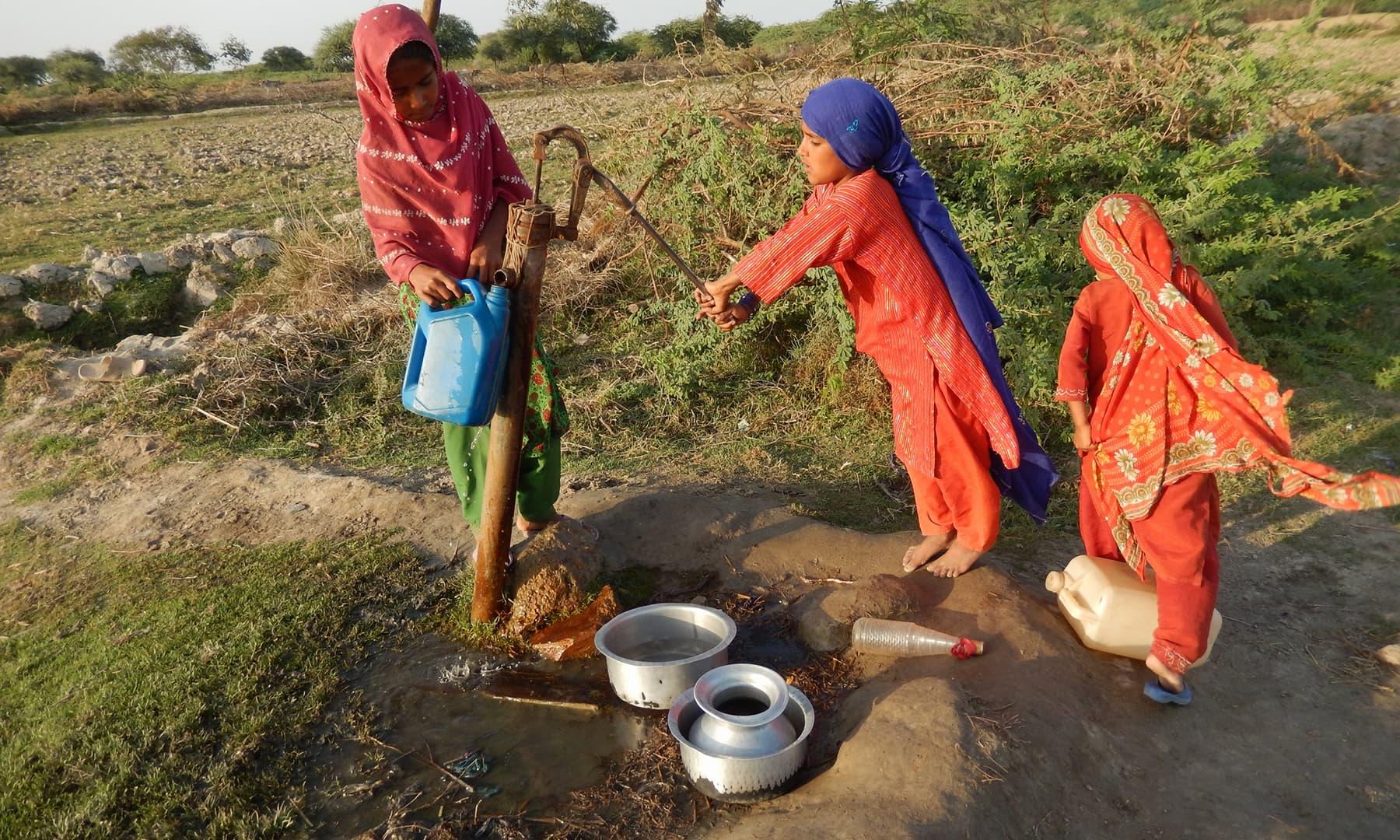 جب سے ساحلی پٹی میں گزشتہ 20 سے 25 برسوں سے پانی کی کمی ہوئی ہے تب سے ان بستیوں کا عجیب حال ہے—تصویر ابوبکر شیخ