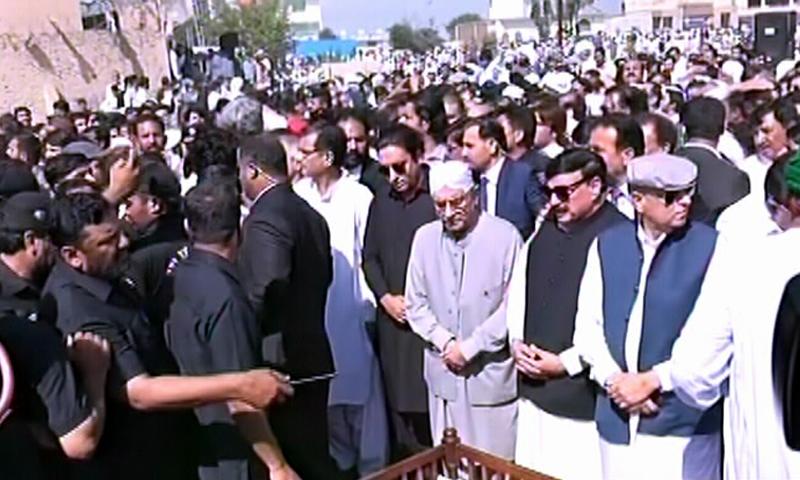 PPP Chairperson Bilawal Bhutto-Zardari, former president Asif Ali Zardari and Railways MInister Sheikh Rashid were among those who attended the funeral prayers of Usama Kaira. — DawnNewsTV Screengrab