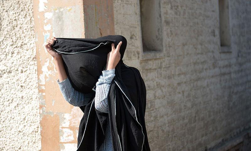 رپورٹ کے مطابق ریپ متاثرہ لڑکی پر مقدمہ ختم کروانے کے لیے ملزمان کے اہل خانہ کی جانب سے دباؤ ڈالا جارہا ہے — فائل فوٹو/ اے ایف پی