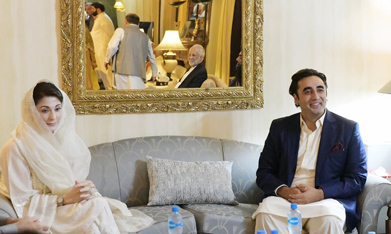 PML-N Vice President Maryam Nawaz and PPP Chairman Bilawal Bhutto pictured together during the iftar-dinner hosted by the latter. — Photo by Nadir Guramani