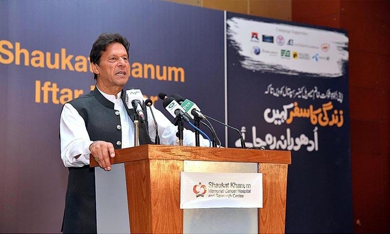 عمران خان نے شوکت خانم ہسپتال کی فنڈ ریزنگ تقریب سے خطاب کیا — فوٹو: اے پی پی