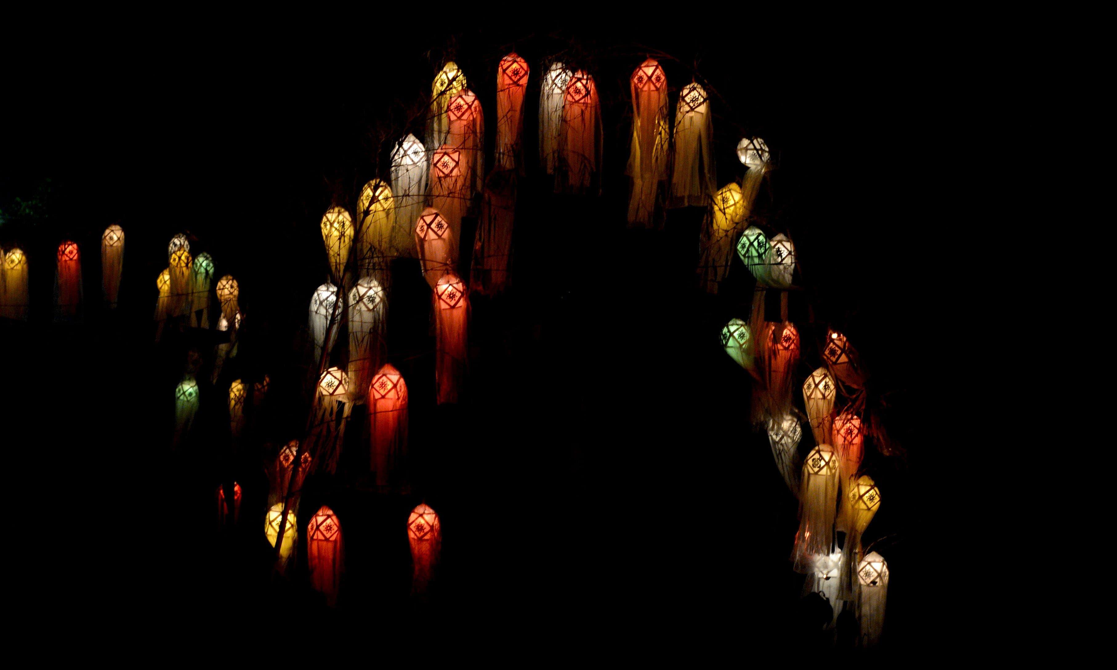 ویسک کے جشن کے موقع پر کاغذ سے بنی شاندار لالٹینوں سے آسمان کو روشن کیا گیا —فوٹو/ اے ایف پی