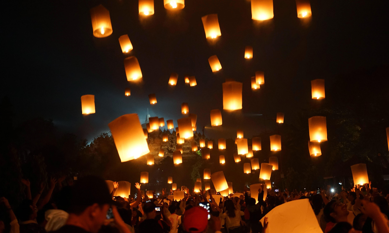 ویسک کا جشن دنیا بھر میں شاندار انداز میں منایا گیا —فوٹو/ اے ایف پی
