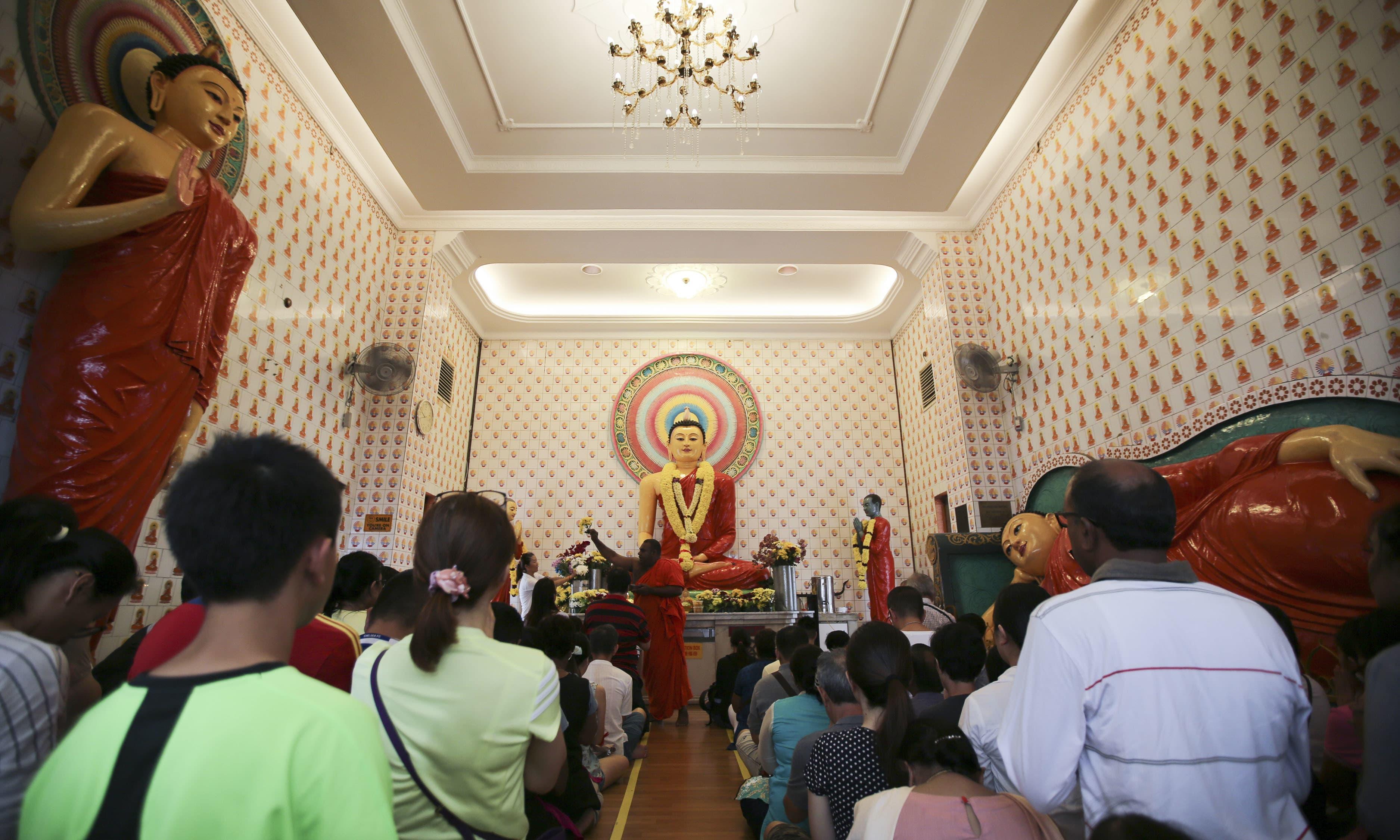 کوالا لمپور کے مندروں میں بھی بدھ مت کے پیروکاروں کی بڑی تعداد جما ہوئی —فوٹو/ اے پی