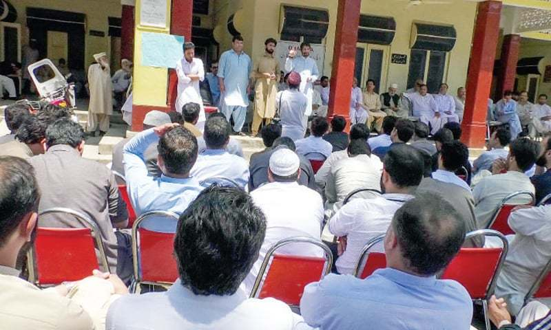 Doctors protest against KP health minister who allegedly thrashed a senior doctor. — Dawn/File