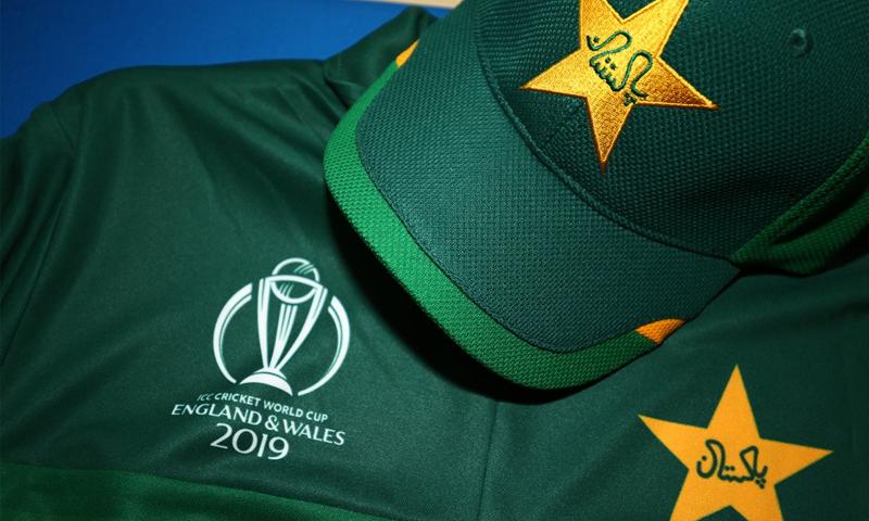 پاکستان ٹیم کی نئی کٹ کو 2011 کے ورلڈکپ کی کٹ کا رنگ ہی دیا گیا ہے۔ — فوٹو: پی سی بی ٹوئٹر اکاؤنٹ