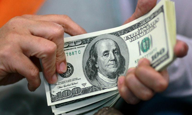 مارکیٹ تجزیہ کاروں کے مطابق ڈالر کی خریداری کے دورن تمام بینک اپنی مرضی سے روپے کی قدر لگا رہے ہیں— فائل فوٹو: ٹوئٹر