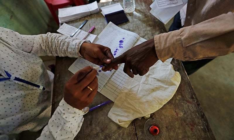 بھارتی ریاست آسام میں ایک شخص ووٹ دینے سے قبل اپنی انگلی پر نہ مٹنے والی سیاہی کا نشان لگواتے پوئے—فائل فوٹو: رائٹرز